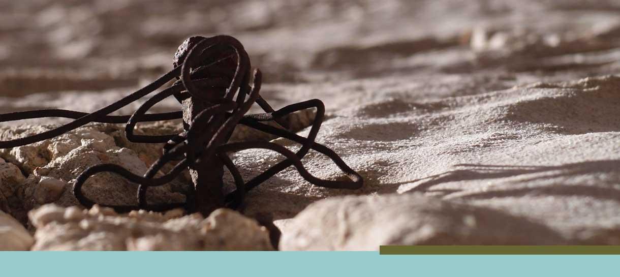 Verknoteter Draht im Sand