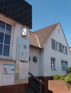 Außenansicht der Praxis Kunst-Therapie-Hannover im Gesundheitszentrum Garbsen (Foto)